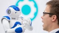 Der Mensch ist der Hund und der Roboter der Boss