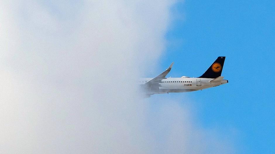 Ab in die Wolken: Lufthansa-Maschine kurz nach dem Start in Frankfurt