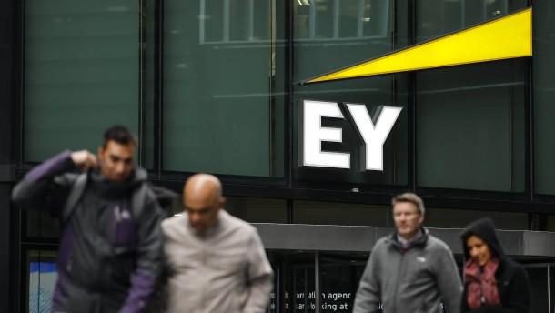 EY Deutschland baut um – und setzt auf Theo Waigel