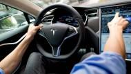 Selbstfahrender Tesla rammt Bus auf deutscher Autobahn
