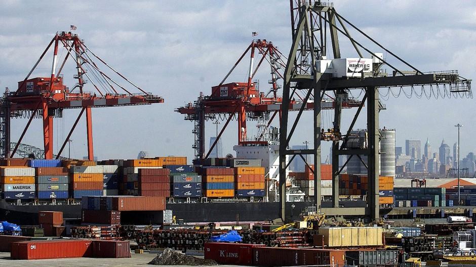Handel mit Amerika: Container werden im Hafen Newark in New Jersey verladen.