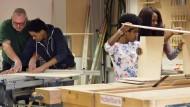 Der Umgang mit der Kreissäge will gelernt sein: Junge Flüchtlinge in der Städtischen Schule zur Berufsvorbereitung in München.