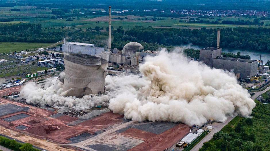 Philippsburg, Baden-Württemberg: Kühltürme des stillgelegten Atomkraftwerks fallen nach der Sprengung zusammen.