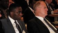 """Ernst Welteke (rechts) und José Filomeno """"Zenu"""" dos Santos, Sohn des ehemaligen angolanischen Präsidenten José Eduardo dos Santos auf einer Veranstaltung in Luanda."""