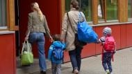 Sich um die Kinder kümmern: In vielen Familien noch immer vornehmlich die Aufgabe der Mutter.