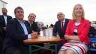 In der Politik sind die Gehälter relativ transparent, Familienministerin Manuela Schwesig (SPD) will das in der freien Wirtschaft Frauen erfahren können, was ihre männliche Kollegen verdienen.