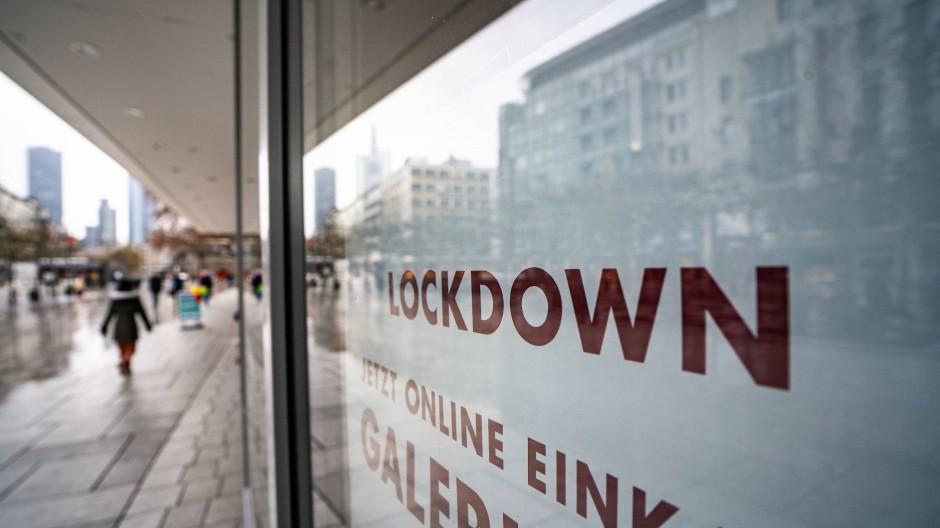 Geschlossene Kaufhäuser auf der Frankfurter Zeil: Die Umsatzeinbußen im Einzelhandel können noch auf die Bankbilanzen durchschlagen.