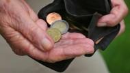 Arbeitsministerin Andrea Nahles (SPD) plädiert dafür, Mehrausgaben für die Rente mit höheren Bundeszuschüssen zu finanzieren.