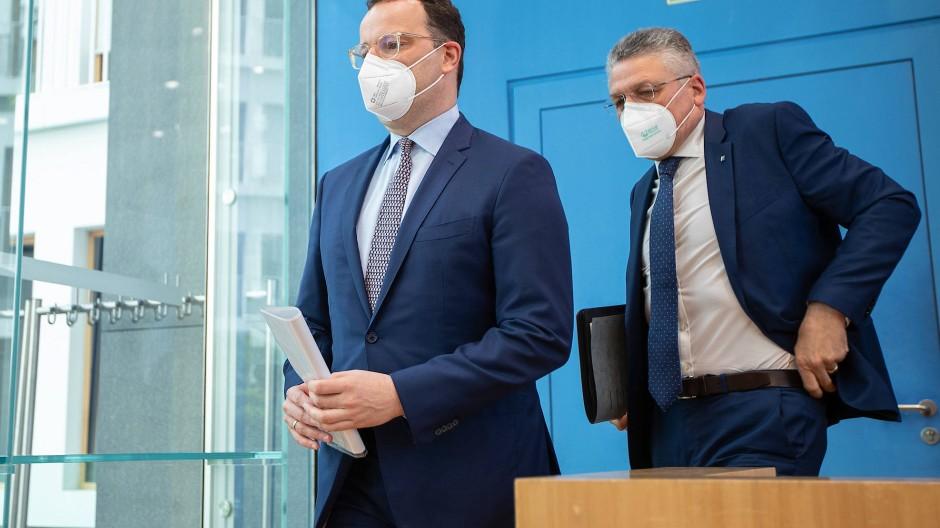 Hantieren mit vielen Zahlen: Bundesgesundheitsminister Jens Spahn (links) und der Chef des Robert-Koch-Instituts Lothar Wieler