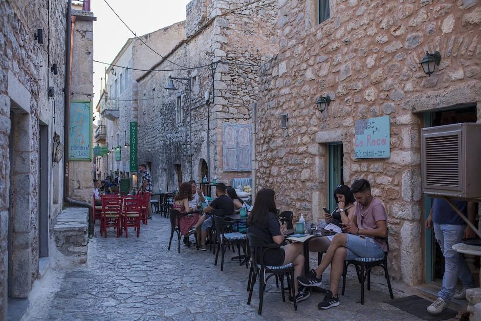 Trendziel Griechenland: Gäste in einem Straßencafé