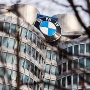 Das Logo von BMW auf dem Dach der BMW-Zentrale in München
