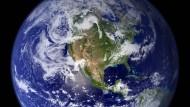 Die Windströmungen in der Atmosphäre verteilen die Fluorchlorkohlenwasserstoffe über die Süd- und Nordhemisphäre