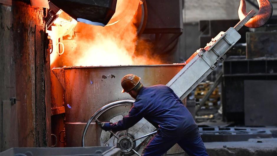 Ein Beschäftigter arbeitet in einer Werkhalle der Meuselwitz Guss Eisengießerei in Thüringen.