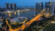 Singapur heute. Am Marina Bay strecken sich die Hochhäuser zum Himmel. Der Stadtstaat ist zu einem weltweit bedeutenden Finanz-, Industrie- und Handelszentrum geworden.