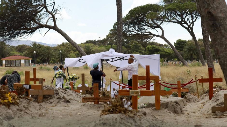 In der Nähe von Kapstadt wird Mitte Januar eine Covid-Beerdigung vorbereitet.