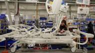 In der Heimat gebraucht: Eine Arbeiterin im tschechischen Slany baut Krankenhausbetten zusammen.