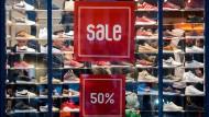 Ausverkauf nach dem Weihnachtsgeschäft in Hamburg: Ein Großteil der Verbraucher sieht die Lage der deutschen Wirtschaft positiv.