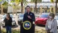 Der kalifornische Gouverneur Gavin Newsom stellt vor Elektroautos das Verbrennerverbot vor.