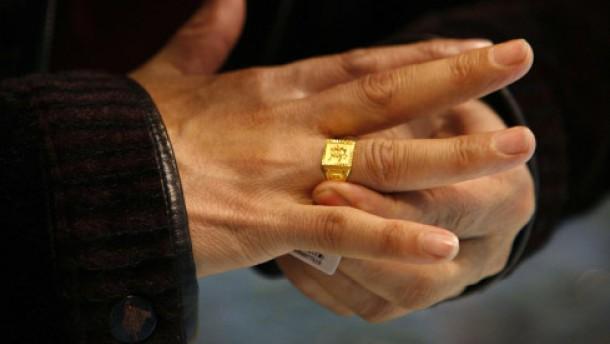 hoher goldpreis opas goldring verkauft sich nur mit verlust fonds mehr faz. Black Bedroom Furniture Sets. Home Design Ideas