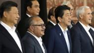 Ein Gipfel im Schatten zweier Herren: Chinas Staats- und Regierungschef Xi Jinping (ganz links) und Amerikas Vizepräsident Mike Pence (ganz rechts).