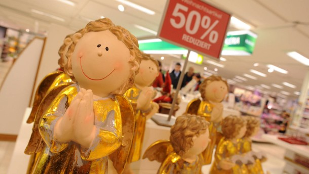 Rabattschlacht im Einzelhandel - Wie Frankfurter Einzelhändler nach Weihnachten mit Preisabschlägen auf das schleppende Weihnachtsgeschäft und die Online-Konkurrenz reagieren.