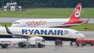 Hamburger Flughafen: Ryanair interessiert sich ebenfalls für Teile der insolventen Fluggesellschaft Air Berlin.