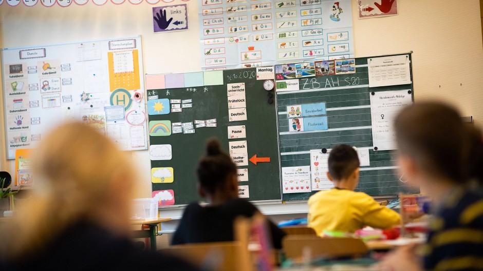 Schülerinnen und Schüler einer 2. Klasse in Hamburg sitzen in ihrem Klassenzimmer.