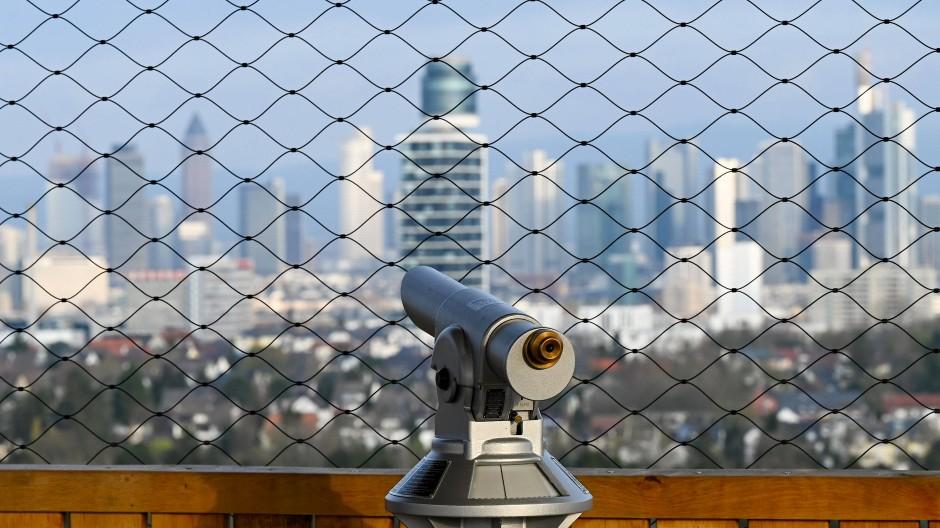Strafzinsen: Bei der Auswahl ihrer Bank müssen Kunden genau hinschauen, sonst wird es für manchen teuer - Blick auf die Frankfurter Skyline vom neuen Goethe-Turm.