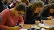 Uni-Alltag in der Fremde: Das akademische Leben geht auch fern von Donezk weiter.