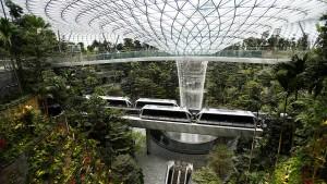 Ein Wasserfall im Flughafen