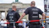 Polizisten sichern eine Veranstaltung in Berlin.