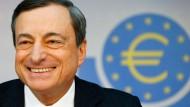 Hat gut Lachen: EZB-Präsident Mario Draghi wird von der neuen Wirtschaftsweisen unterstützt