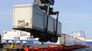 Beladung eines Güterzuges mit Exportgütern in Kiel