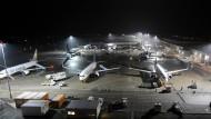 Flugzeuge auf dem Vorfeld des Flughafens Frankfurt-Hahn