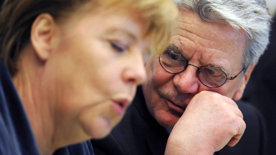 Bundespräsident Gauck will der Bitte der Verfassungsrichter folgen, Kanzlerin Merkel muss warten - auch wenn es ihr überhaupt nicht gefallen dürfte.