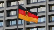Eine Deutschlandfahne weht vor der Zentrale der Bundesbank in Frankfurt.
