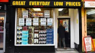 Ein Kunde geht in einen Liquor Store in Glasgow.