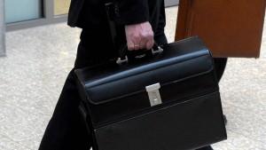 Jetzt sollen Aktionäre Manager-Gehälter eindämmen