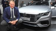 Lächeln bitte: Herbert Diess vor dem neuen VW Arteon