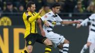 Bald sind sie Mannschaftskollegen: Dortmunds Gonzalo Castro im Duell mit Mahmoud Dahoud