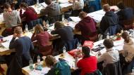 In Testsituationen treffen viele Leute gleichzeitig aufeinander. Wenn dann Unruhe ist, stört das schnell alle. Unser Bild stammt vom Bundesfinale der Mathe-Olympiade.
