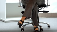 Ein Anwalt soll seine beiden Bürokräfte mit einem Stundenlohn von etwa 1,70 Euro abgespeist haben. Der Fall wird am Freitag verhandelt.