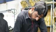 Ein Näher in einer pakistanischen Textilfabrik.