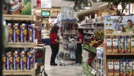 Griechischer Supermarkt: Nach 33 Monaten Deflation steigen die Preise wieder.