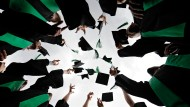 Auch wenn Akademiker später ins Berufsleben eintreten, rechnet sich für die meisten die Investition in die Bildung. Sorgen wegen drohender Arbeitslosigkeit brauchen sie sich in der Regel nicht zu machen
