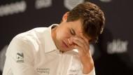 Was ist denn da passiert? Schachweltmeister Magnus Carlsen hat eine Niederlage kassiert - auch noch mit den weißen Steinen.