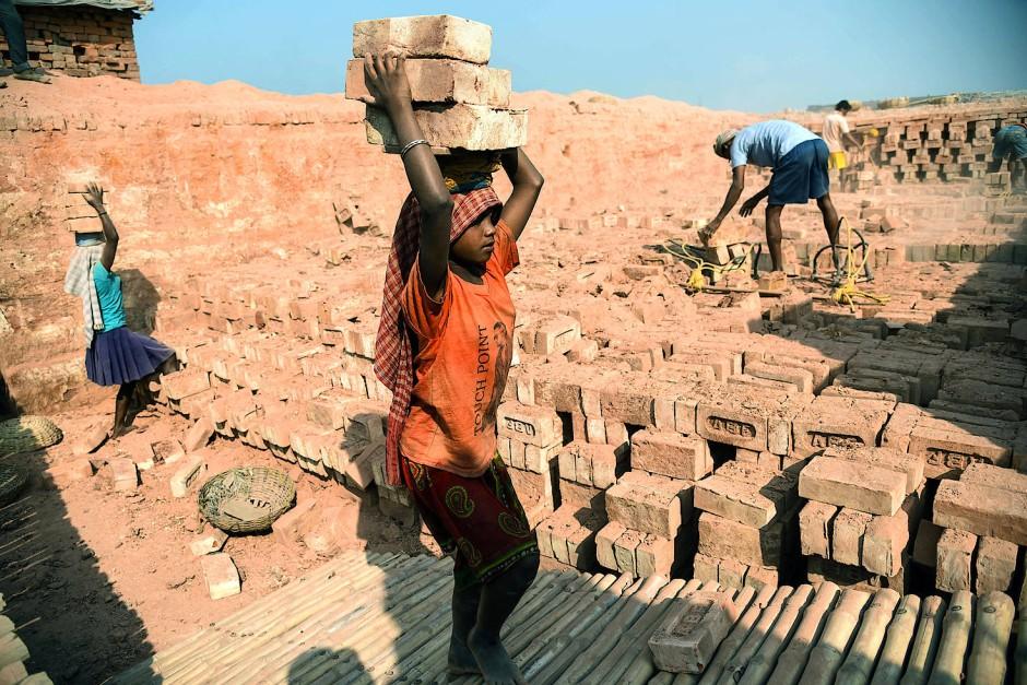 In einer Ziegelsteinfabrik im indischen Kalkutta arbeiten tausende Kinder aus ganz Indien und Bangladesch, um ihren Lebensunterhalt zu verdienen.