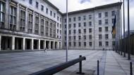 Günstige Finanzierung: Wolfgang Schäubles Finanzministerium kann mit weiter niedrigen Zinsen rechnen.