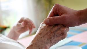 Pflegekosten übersteigen oft Einkommen von Senioren