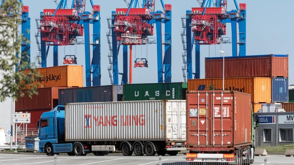 LKWs liefern Container zum Beladen auf ein Containerschiff am Hamburger Tollerort-Terminal.
